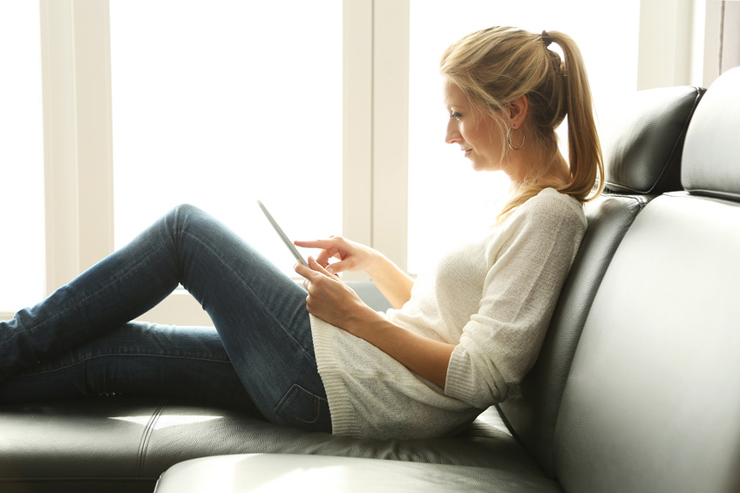 Entspannen auf dem Ledersofa ... (Symbolbild:  @ W. Heiber Fotostudio - fotolia.com)