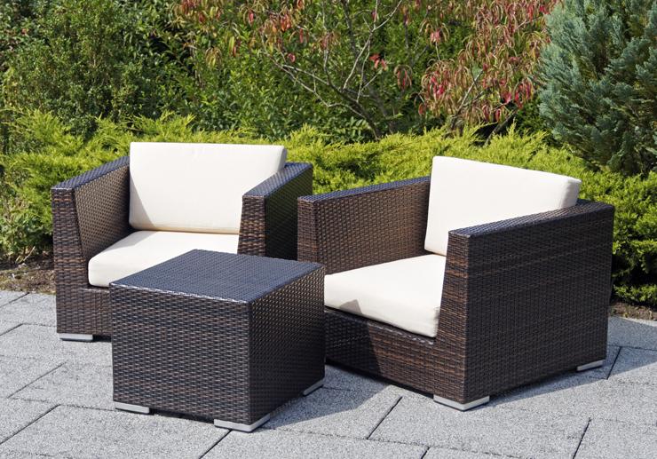 Rattanmöbel laden zum gemütlichen Sitzen im Garten ein. (© beachfront - fotolia.com)