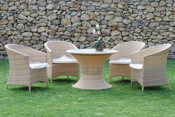 Rattanmöbel laden im Garten zum Sitzen ein. (Bild: © Wolfgang Cibura - fotolia.com)