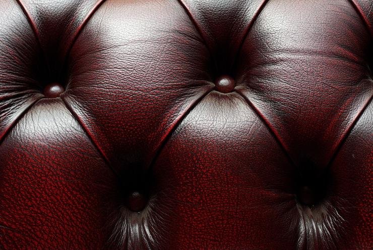 Ein Ledersofa wirkt edel und stilvoll. (Bild: © Maxim Lysenko - shutterstock.com)