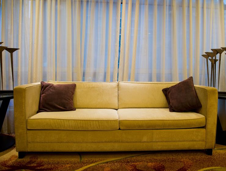 Gemütliche Polstermöbel gehören in jedes Wohnzimmer. (Bild: © xy - Fotolia.com)