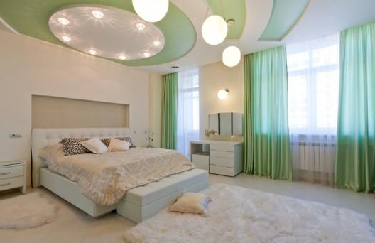 Ein gutes Bett im schönen Schlafzimmer fördert den Schlaf